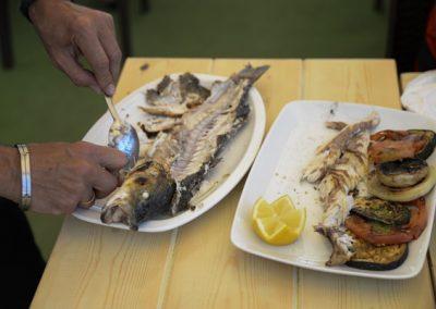 Limpieza de pescado en mesa